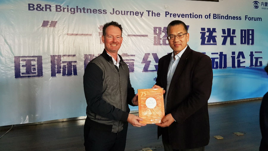 Story: Chaoju Eye Hospital /Image: Drew Keys presents Steve Zhang with a copy of the IAPB Vision Atlas