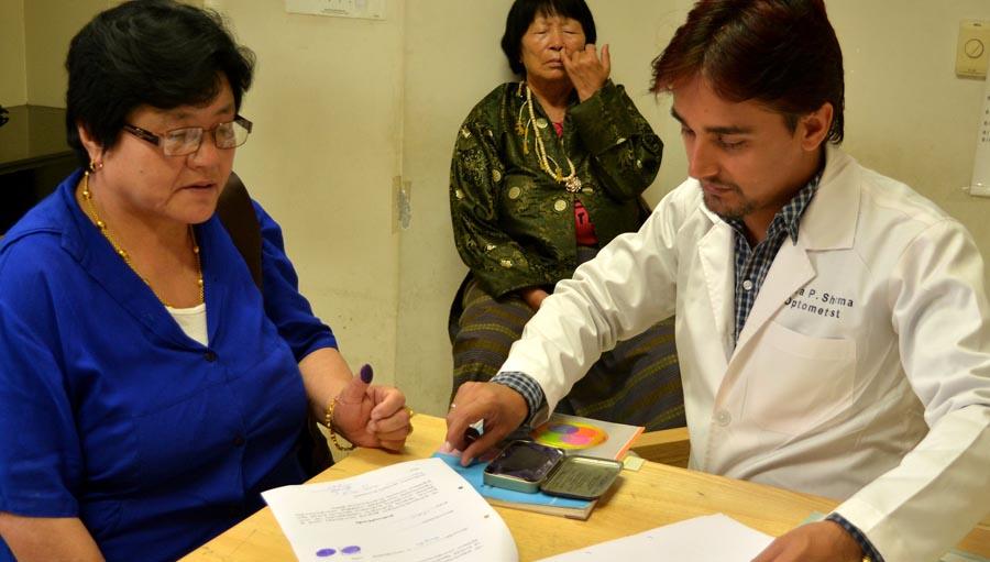 Resultado del Cuestionario de Retinopatía Diabetica. Photo credit: by Indra Sharma; Taking consent for DR survey.