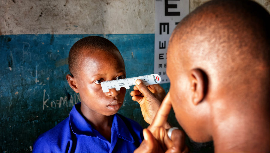 Doing an eye exam/Story: New programme to improve school eye health in Sierra Leone
