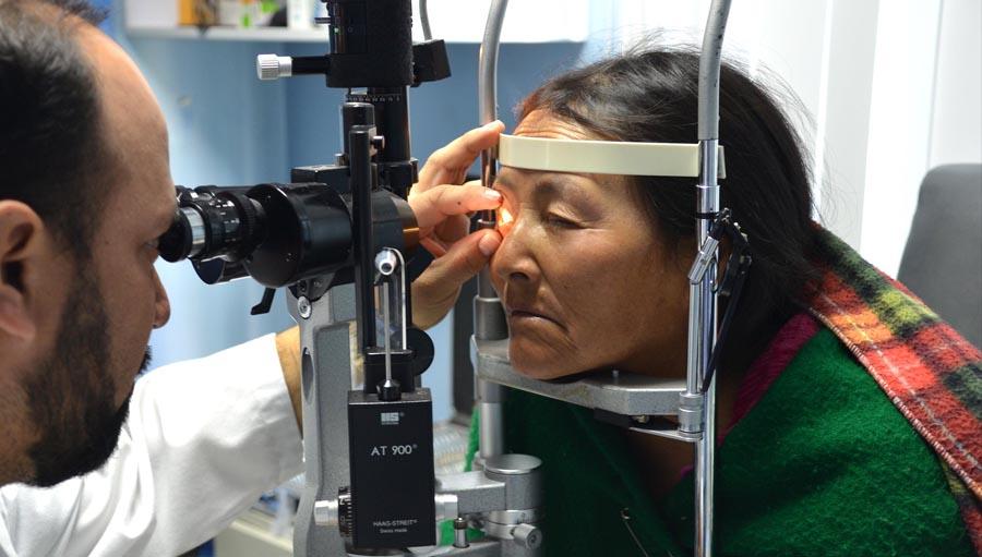 Visión de solidaridadLa historia de la Asociación Civil Divino Niño Jesús. The opthalmologists examines a patience - Riobamba, Peru