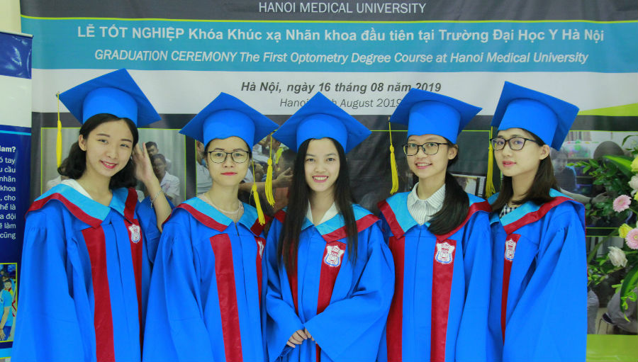 The graduates/ Story: Optometry is leading the new future of eye health in Vietnam