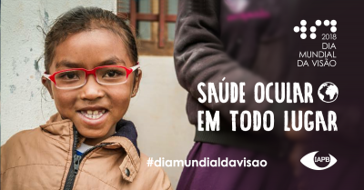 Social Visual in Portuguese: Smiling child wearing glasses